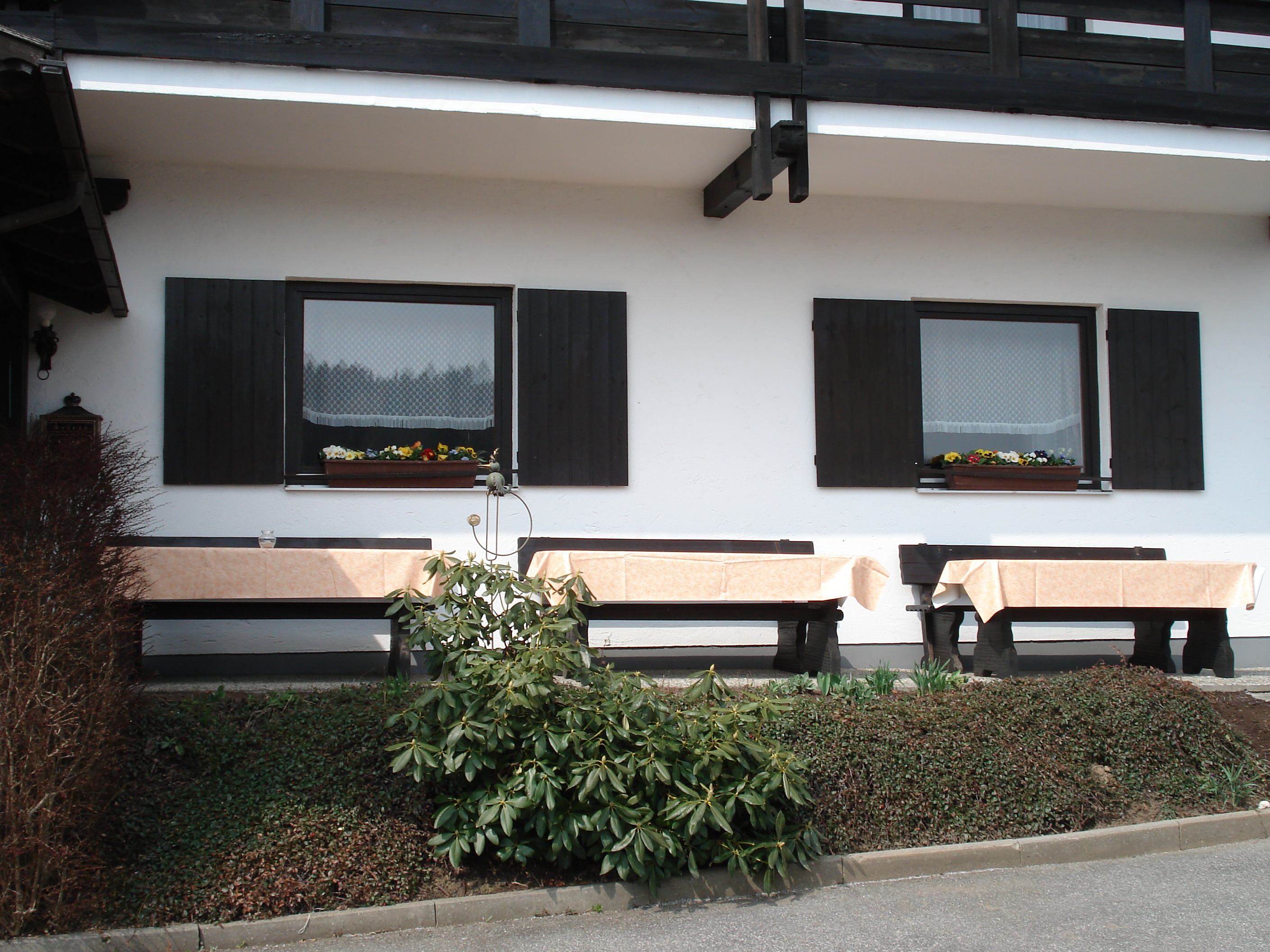 terrasse vor dem haus pension haus inge in zwiesel. Black Bedroom Furniture Sets. Home Design Ideas